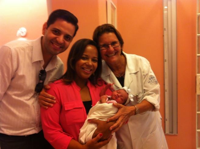 Manuela entre Dr. Andre Laranjeira (papai) e Dra. Ana Escobar.